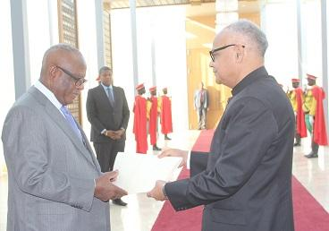 Ambassador Ajay Kumar Sharma presenting his credentials to the President of Rep of Mali H.E. Mr. Ibrahim Boubacar Keita