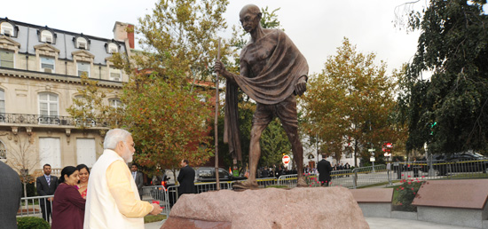 Prime Minister ​pays floral tributes to Mahatma Gandhi in Washington DC