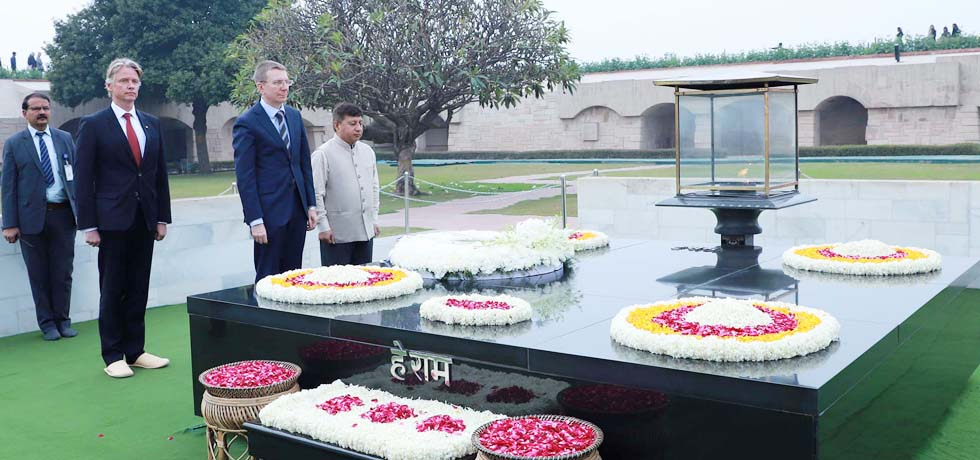 Edgars Rinkevics, Minister of Foreign Affairs of Latvia pays homage at the Samadhi of Mahatma Gandhi at Rajghat in New Delhi [ph]Photo Courtesy:Photo Division [/ph]