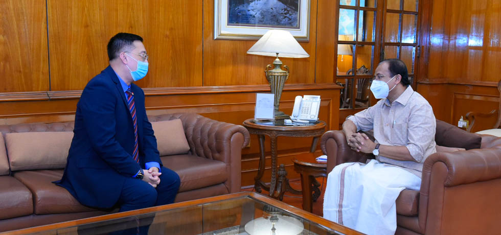 Minister of State for External Affairs meets High Commissioner of Singapore to India