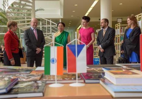Indian Ambassador gifts books to University o...